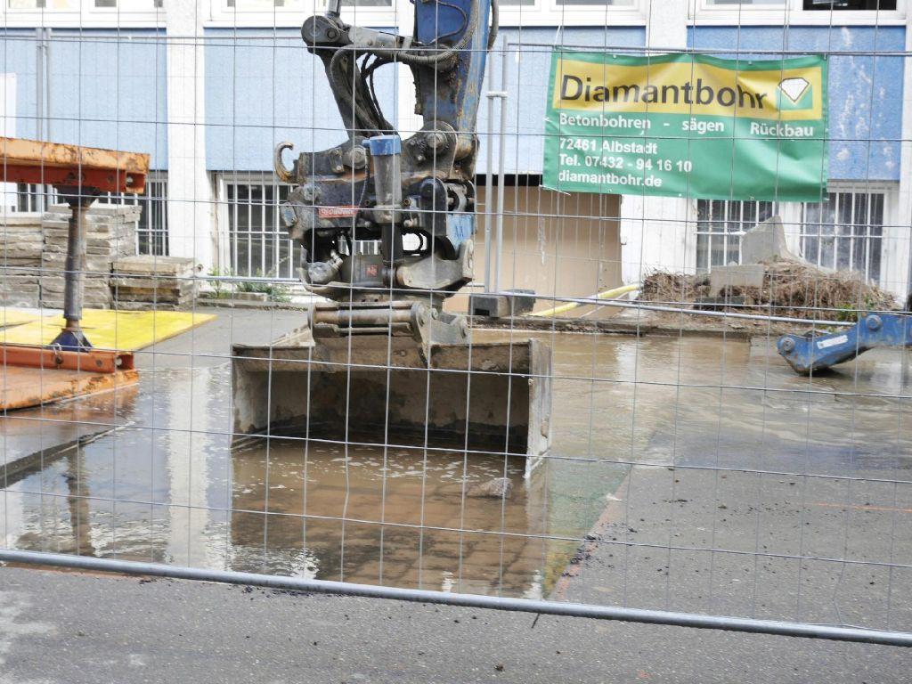 In einer Baustelle im Stuttgarter Westen steht das Wasser. An der Silberburgstraße hat es am Morgen einen Wasserrohrbruch gegeben. Foto: www.7aktuell.de | Florian Gerlach