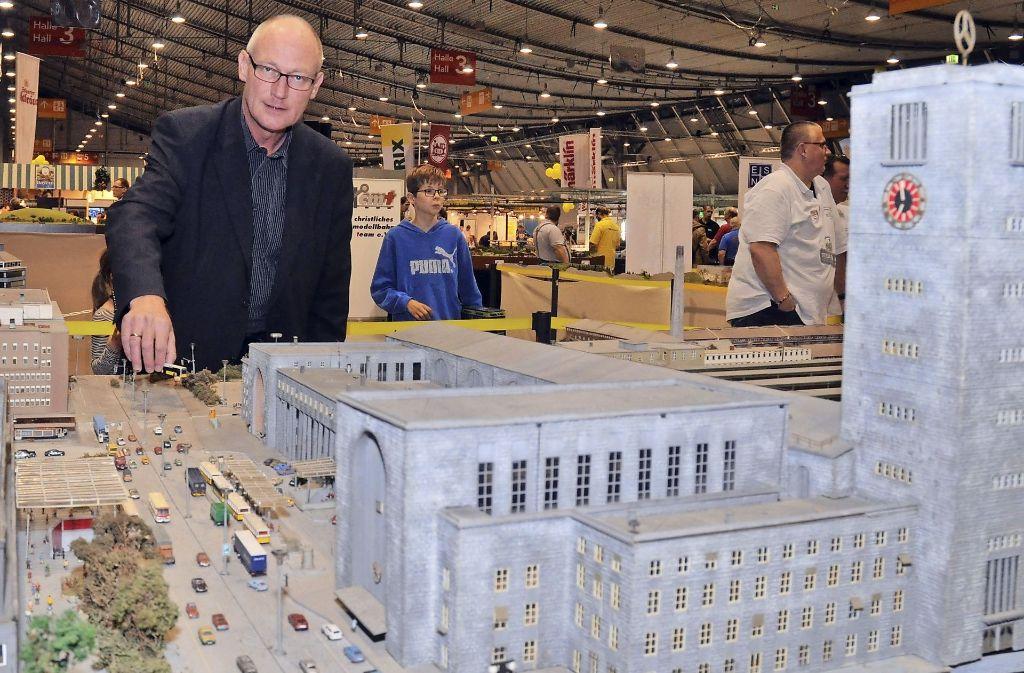 Rainer Braun, der das sagenumwobene Stuttgart-Modell   gekauft hat, zeigt einen kleinen Teil der Anlage bei der Modellbau-Schau auf der  Landesmesse. Foto: Fotoagentur-Stuttgart