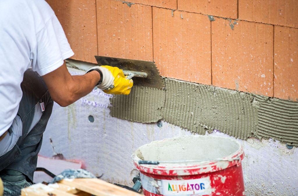 Bis ein Termin beim Handwerker frei ist, kann es dauern. (Symbolfoto) Foto: picture alliance/dpa