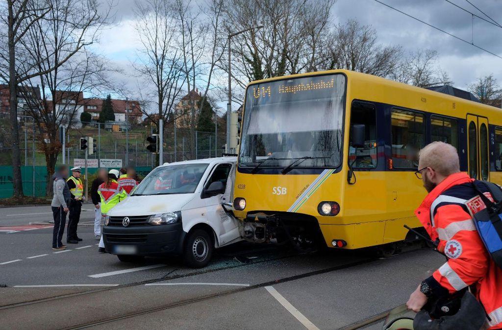 Der Fahrer des Transporters wird bei dem Unfall leicht verletzt. Foto: 7aktuell/Frank Herlinger
