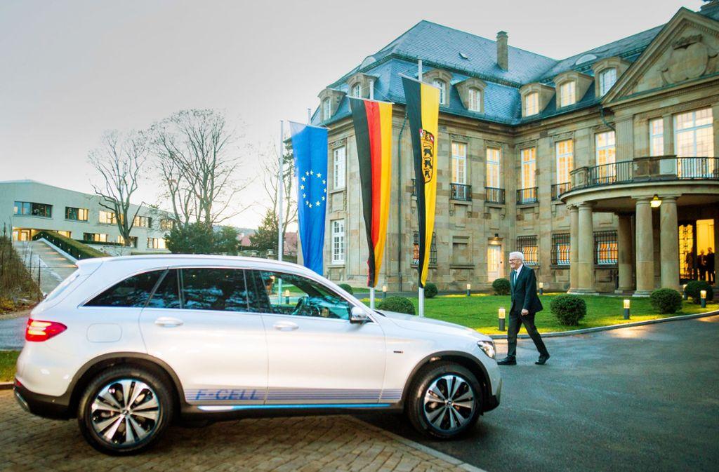 Ministerpräsident Winfried Kretschmann neben einem Mercedes-Benz GLC F-Cell, der Brennstoffzellen- und Batterietechnik zu einem Plug-in-Hybrid kombiniert. Der Wagen gehört zum Fahrzeugpool des Staatsministeriums. Foto: dpa/Christoph Schmidt