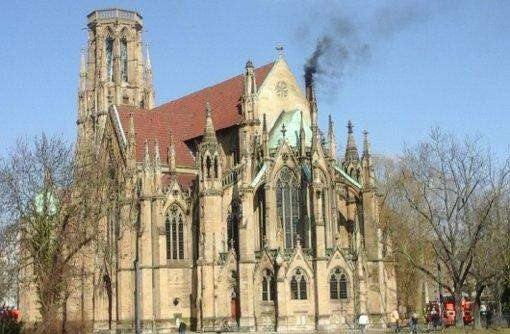 Aus dem Kamin der Kirche raucht es