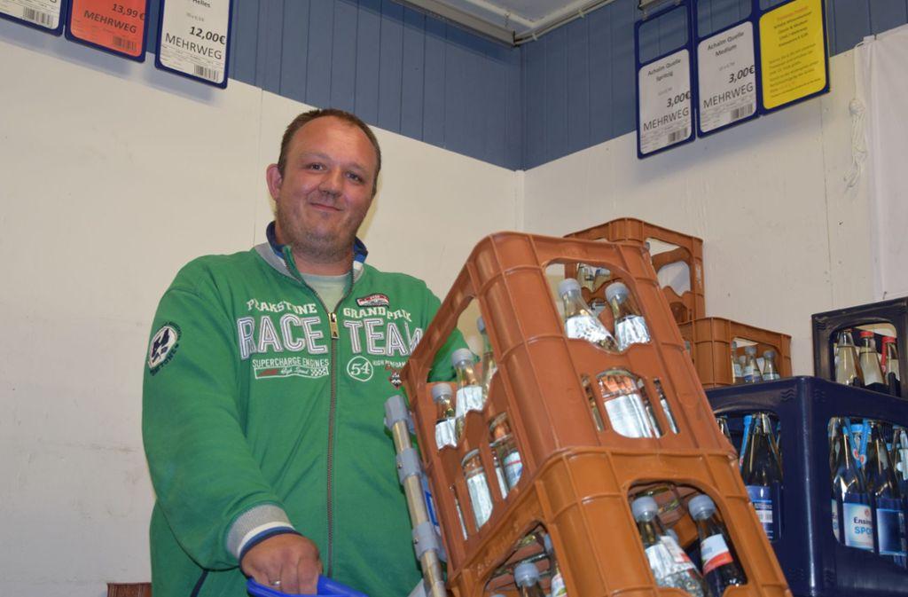 Zum 1. August hat der Vaihinger Getränkehändler Hans-Peter Kastner alle Einweg-Plastikflaschen und Getränkedosen aus seinem Markt im Unteren Grund verbannt Foto: Alexandra Kratz