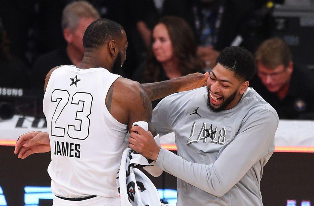 Beim Allstar-Spiel machten LeBron James (links) und Anthony Davis keinen Hehl daraus, dass sie in Zukunft zusammen spielen wollen. Foto: AFP