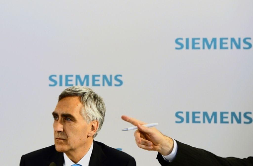 Wegweiser nach draußen: Siemens-Chef Peter Löscher muss seinen Posten räumen. Foto: AFP