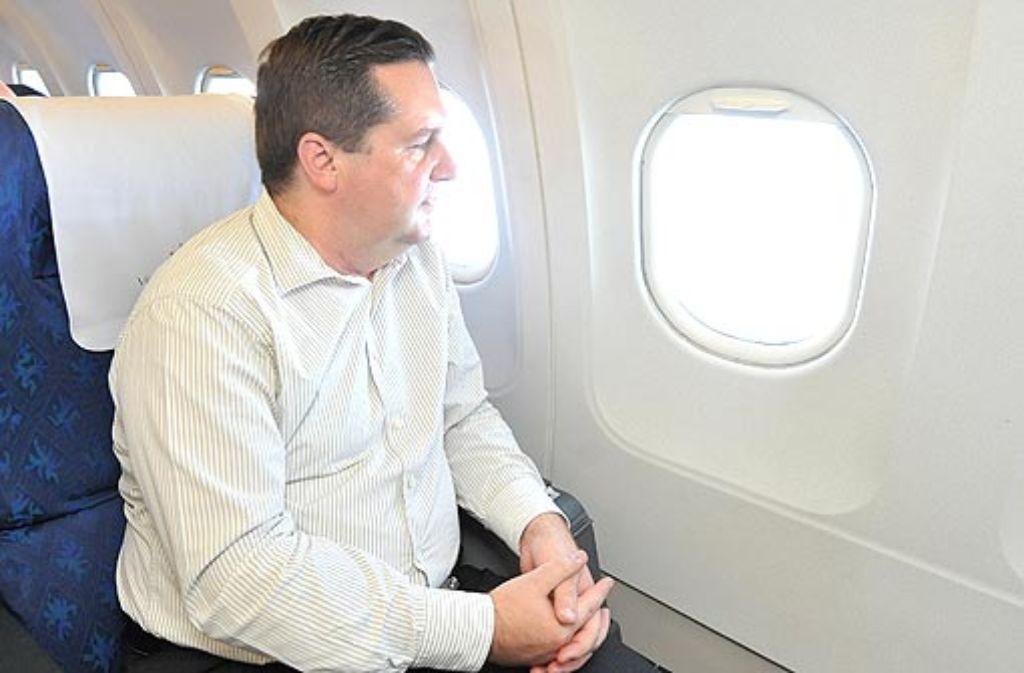 Warum, wohin und vor allem mit wem der Ministerpräsident fliegt - das, weiß er, kann schnell zum Politikum werden. Foto: dpa