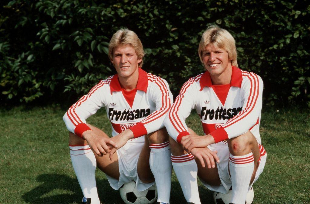 Die Brüder Karlheinz (links) und Bernd Förster sorgten in den 80er-Jahren für Angst und Schrecken bei den Angreifern in der Bundesliga. Am Dienstag feiert Bernd seinen 60. Geburtstag. Foto: Baumann