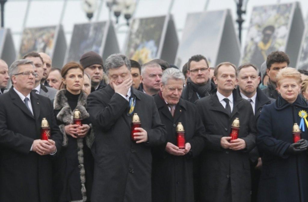 Bundespräsident Joachim Gauck (Mitte) nimmt zusammen mit dem Präsidenten der Ukraine, Petro Poroschenko  (links neben ihm), am Marsch der Würde teil.  Foto: EPA