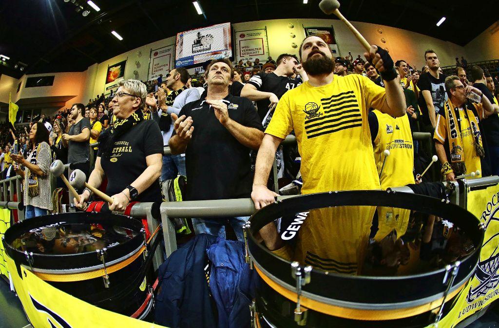 Basketballfans füllen die MHP-Arena, aber sie allein reichen nicht aus. Foto: Baumann