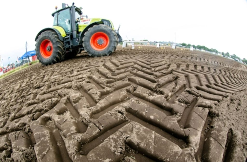 Mit Dieselabgasen könnten Nanopartikel in den Ackerboden gelangen. Foto: dpa