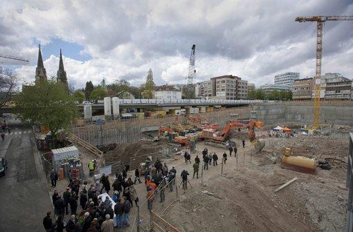 Besuch in der Baugrube: Am Gerber ist der Grundstein gelegt worden. Foto: Steinert