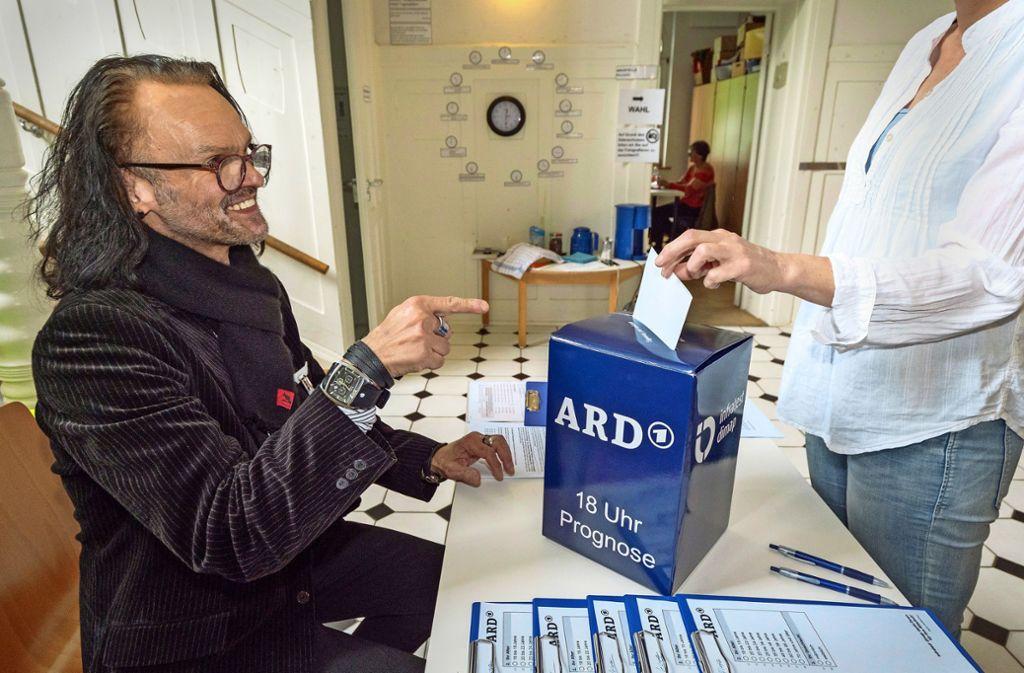 Kreuzchen machen für die Hochrechnungen – das durften einige Sindelfinger nach der Stimmabgabe. bei Ralf  Barnsteiner. Foto: factum/Weise