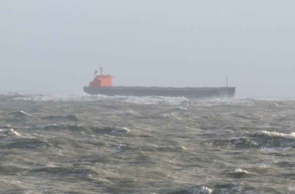 """Die """"Glory Amsterdam"""" war bereits seit dem Sonntagmorgen mit zwei ausgebrachten Ankern manövrierunfähig im Meer getrieben. Foto: Havariekommando"""