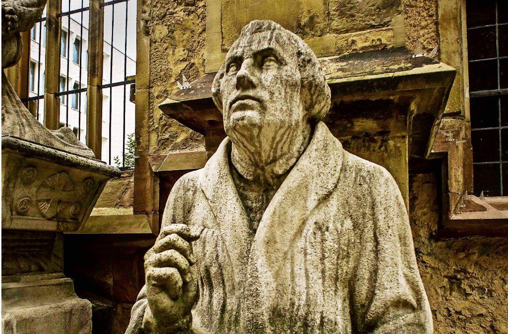 Die Bibel auf dem Schoß, den Blick auf Christus gerichtet: die  Luther-Plastik vor der Hospitalkirche. Foto: Lichtgut/Max Kovalenko