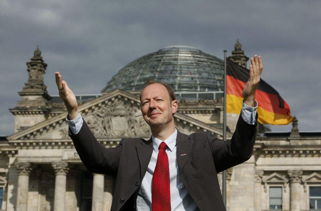 Will er auch da noch rein? Martin Sonneborn vor dem Berliner Reichstag Foto: AP