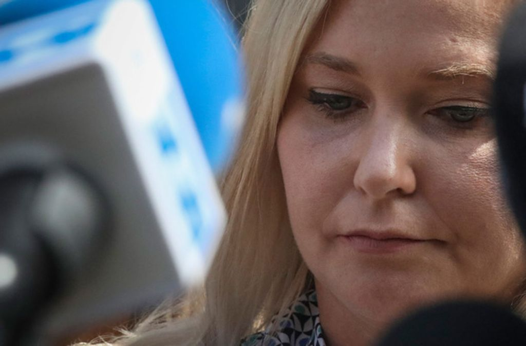 Virginia Roberts Giuffre spricht im Fall Epstein mit Journalisten vor einem Gericht in Manhattan. Die US-Amerikanerin Giuffre behauptet, sie sei als 17-Jährige (als sie noch Roberts hieß) dreimal zu Sex mit Prinz Andrew gezwungen worden. Foto: AP/dpa/Bebeto Matthews