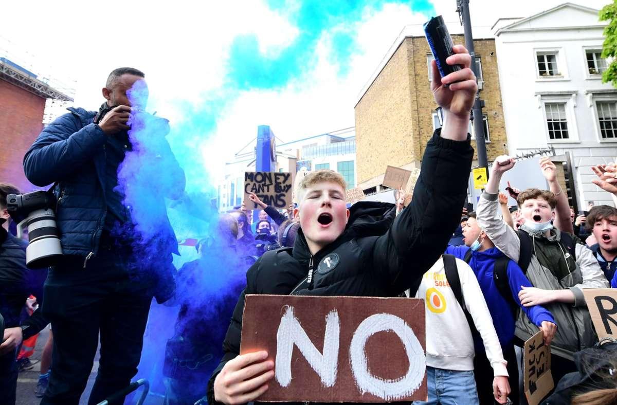 Fans des FC Chelsea protestierten am Dienstag gegen die Pläne ihres Clubs. Foto: dpa/Ian West