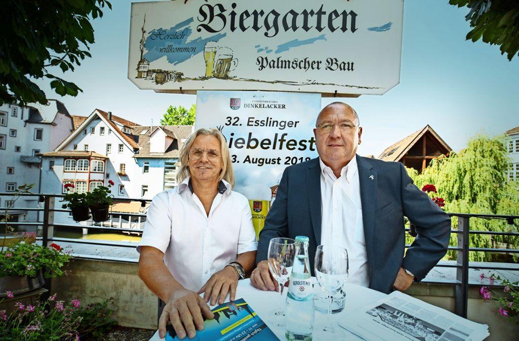 Frank Jehle (links) und Gerhard Trautwein verstehen nicht, warum die Stadt sie nicht  über die neuen Pläne für das Zwiebelfest  informiert hat. Foto: Michael Steinert
