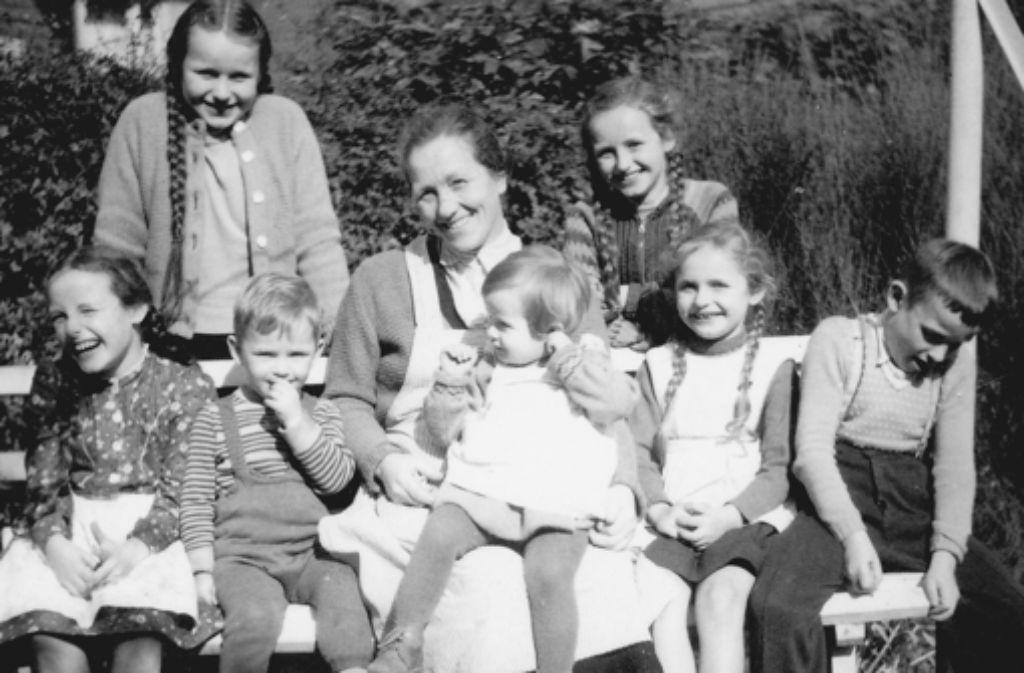 Maria Imorde mit sieben ihrer Kinder, aufgenommen in den Fünfzigern. Foto: privat