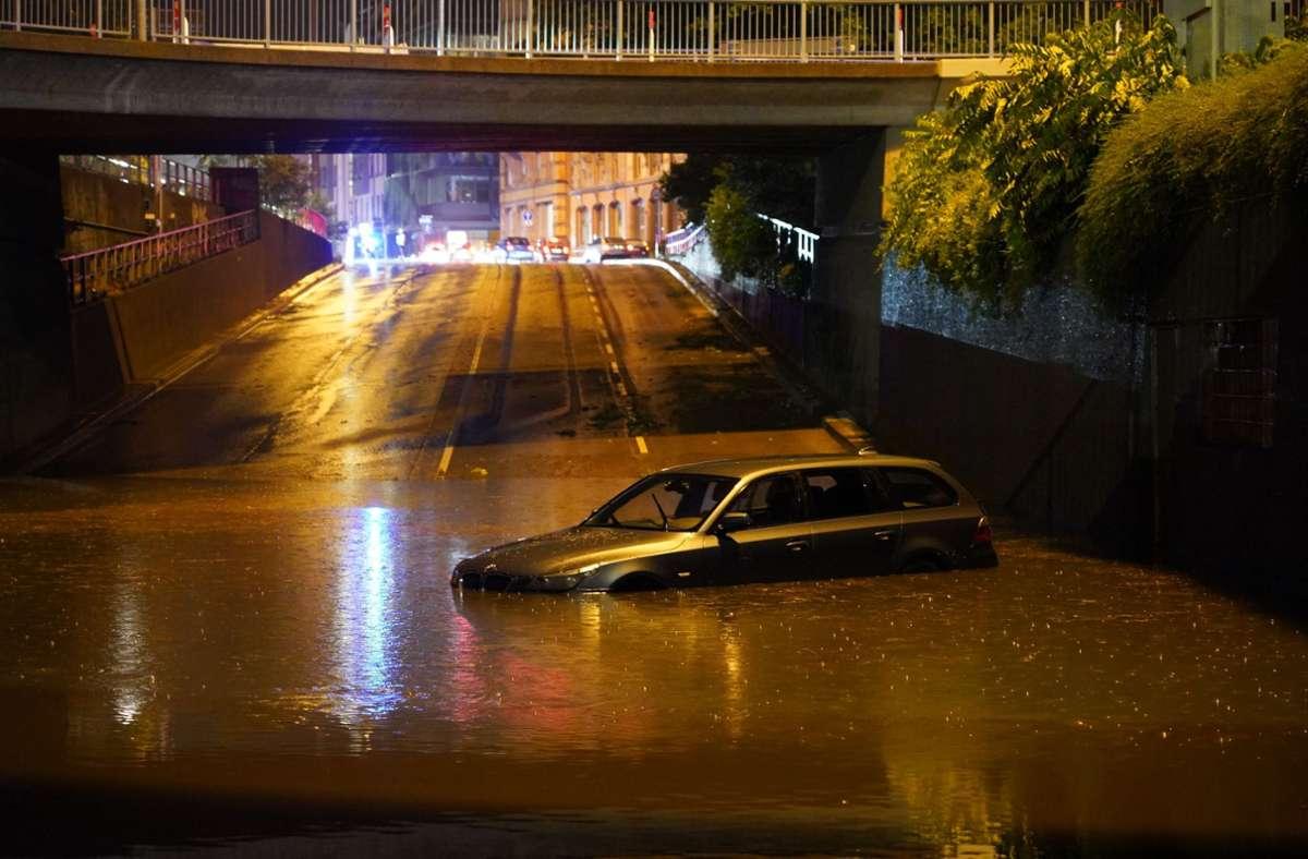 Die B14 wurde am  Montagabend zur Wasserstraße. Foto: Andreas Rosar Fotoagentur-Stuttg