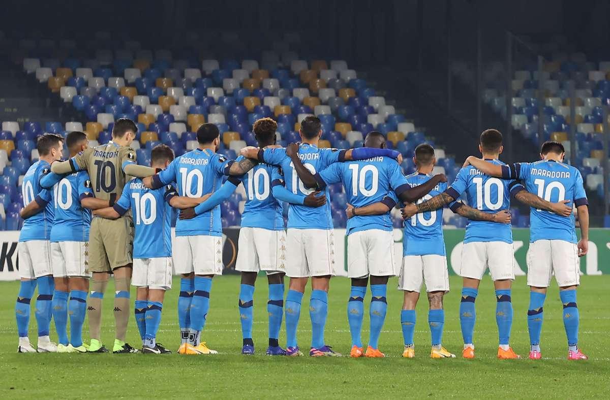 Alle Neapel-Spieler liefen zunächst in Maradona-Trikots auf – in unserer Bildergalerie finden sie weitere Fotos von der Trauer der SSC-Fans über den Tod ihrer Vereinslegende. Foto: dpa/Alessandro Garofalo