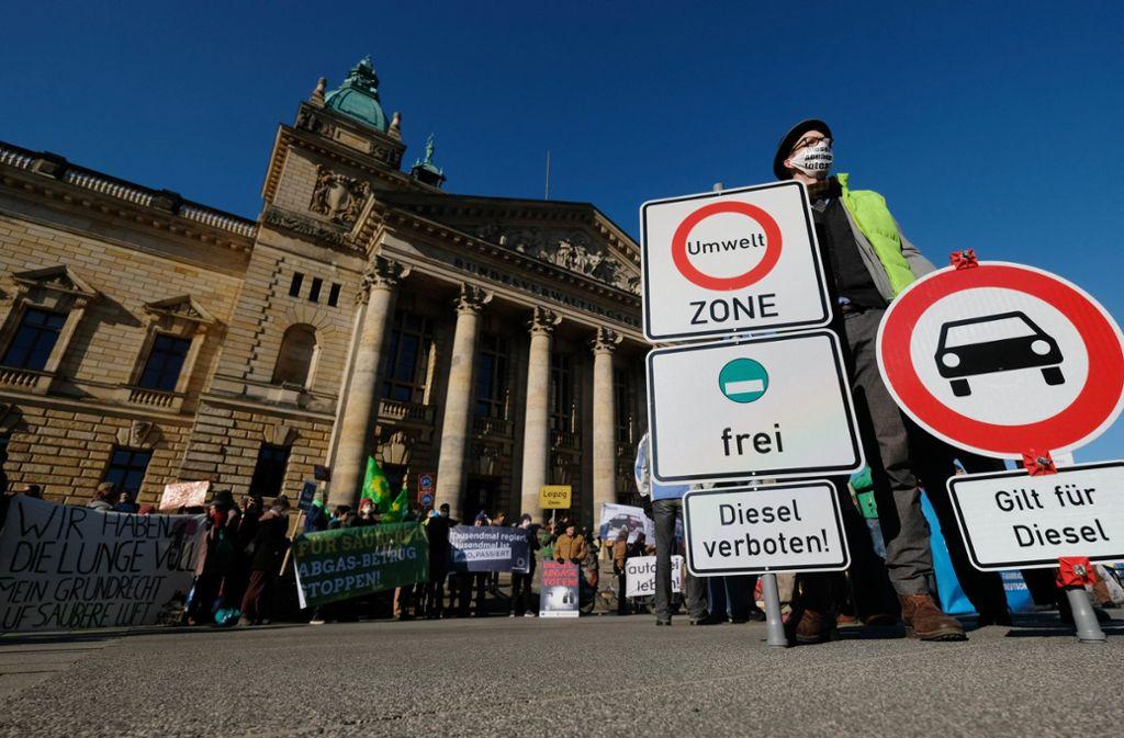 Dieselgegner vor dem  Bundesverwaltungsgericht in Leipzig. Foto: dpa/Sebastian Willnow