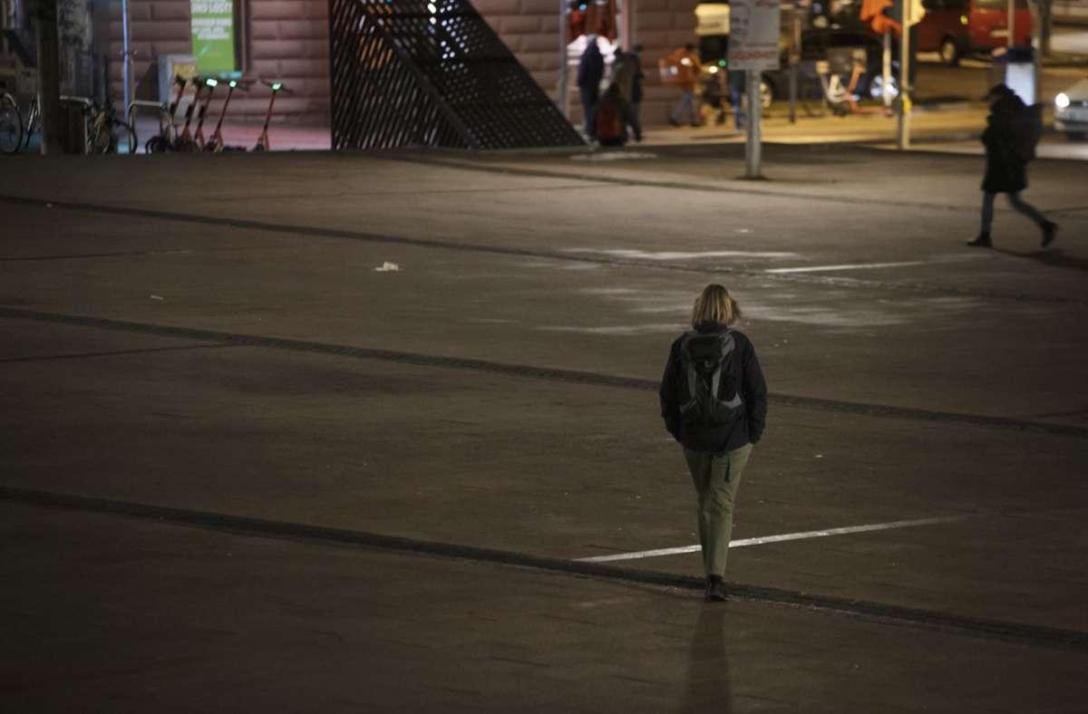 Stille auf dem sonst so lauten Stuttgarter Marienplatz: In dieser Woche kommen in der Region die Ausgangsbeschränkungen zurück – vermutlich auch in Stuttgart. Foto: Lichtgut/Julian Rettig