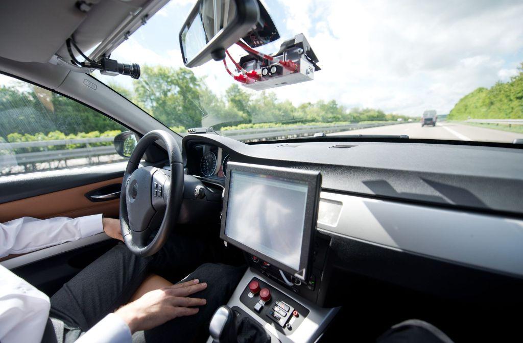 Laut Gesetz dürfen in Deutschland hoch- oder vollautomatisierte Fahrsysteme das Steuern oder Bremsen selbstständig übernehmen. Foto: dpa