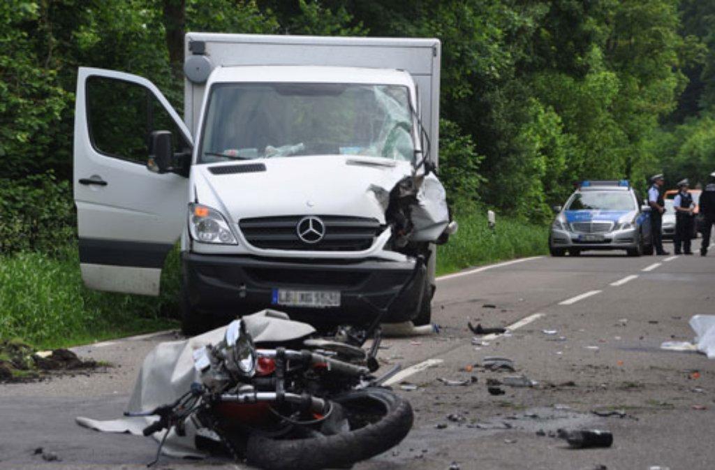 Ein Motorradfahrer gerät bei Eberdingen aus bislang ungeklärter Ursache auf die Gegenspur und prallt frontal mit einem Lastwagen zusammen. Der Motorradfahrer stirbt noch an der Unfallstelle. Foto: Fotoagentur Stuttgart/Rosar