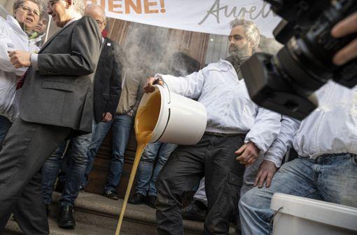 Imker verschütten mehrere Eimer Honig vor Ministerium