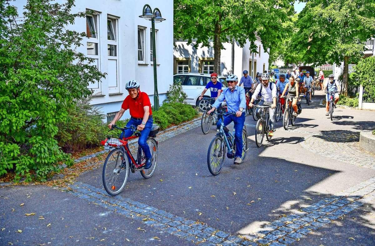 Los geht's: Die Radtour mit Verkehrsminister Winfried Hermann (zweiter von vorne) startete an der Zehntscheuer. Foto: Tom Bloch