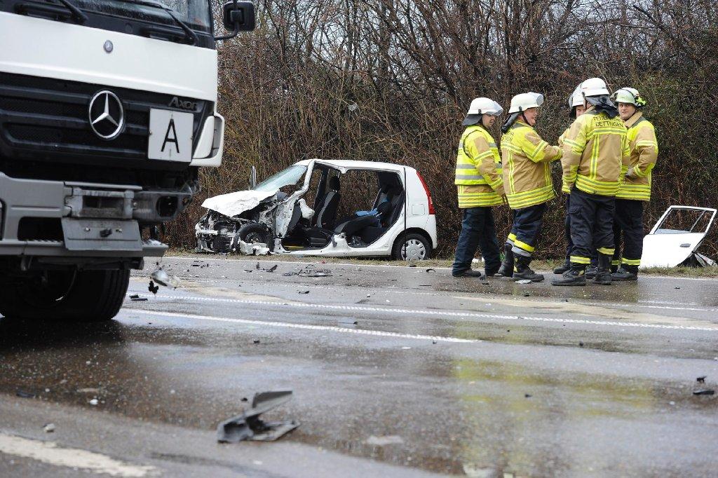Am Donnerstagmorgen ist eine 66-Jährige mit ihrem Kleinwagen auf der B 465 zwischen Owen und Kirchheim frontal mit einem Lastwagen zusammengeprallt. Die Frau wurde in ihrem Auto eingeklemmt und musste von der Feuerwehr befreit werden. Foto: www.7aktuell.de | Oskar Eyb