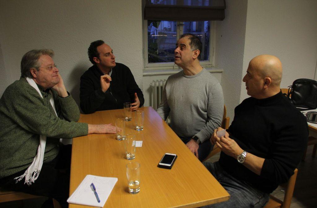 Vier Männer, ein Ziel: Cornelius Hauptmann, Alon Wallach, Ahmet Gül und Güven Toymaz diskutieren über den Ablauf des Konzertes. Foto: Hans Jörg Wangner