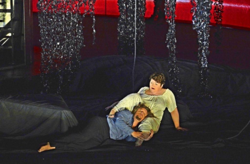 Erin Caves (Tristan) kuschelt mit  Christiane Iven (Isolde) im Zauberwald. Foto: A.T. Schaefer