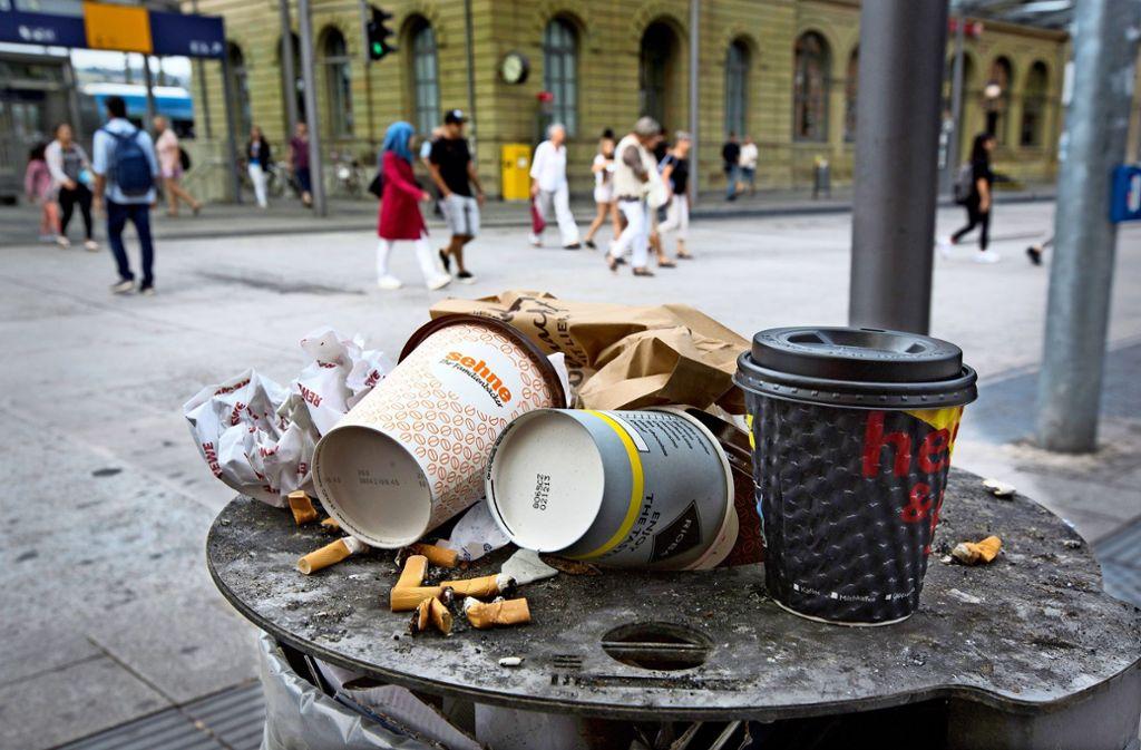 Die Stadt hat 40 größere Müllbehälter aufgestellt, um Bilder wie dieses vom Esslinger Bahnhof zu vermeiden. Foto: /Horst Rudel/Archiv