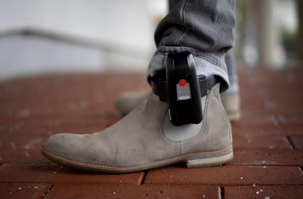 Mit einer Fußfessel hat ein Fußball-Profi in Norwegen ein Tor erzielt. (Symbolbild) Foto: dpa/Susann Prautsch