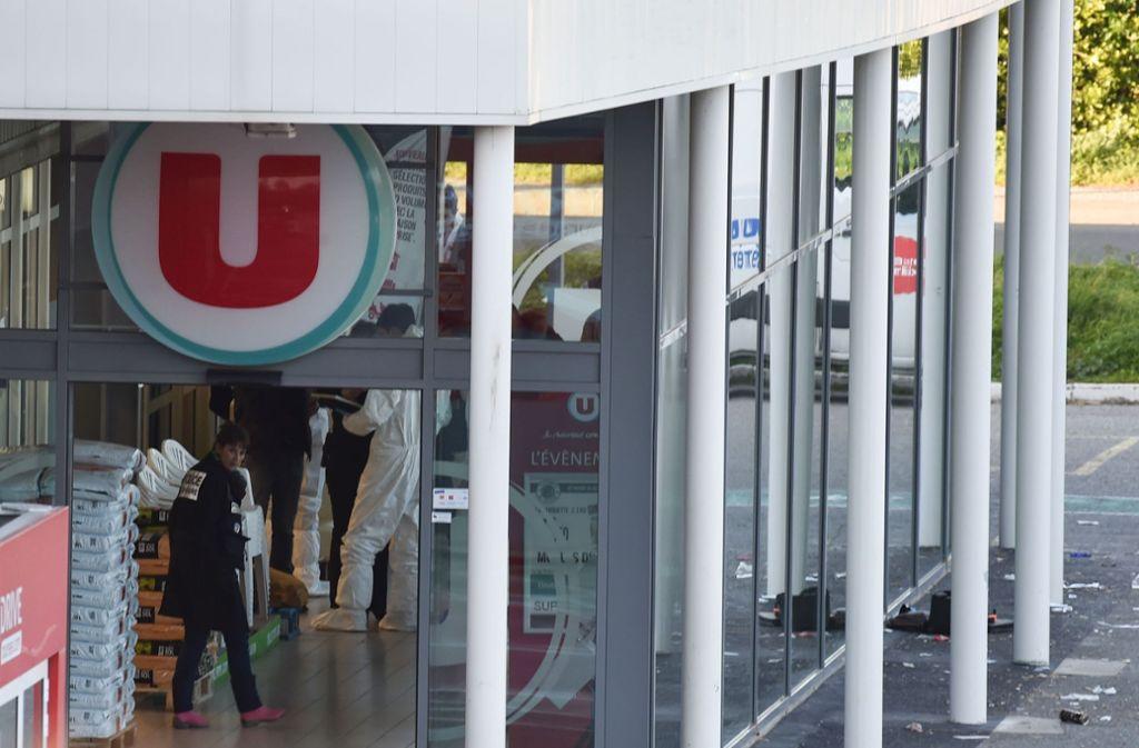 Sicherheitskräfte nach dem Anschlag in einem Supermarkt in Carcassonne. Foto: AFP