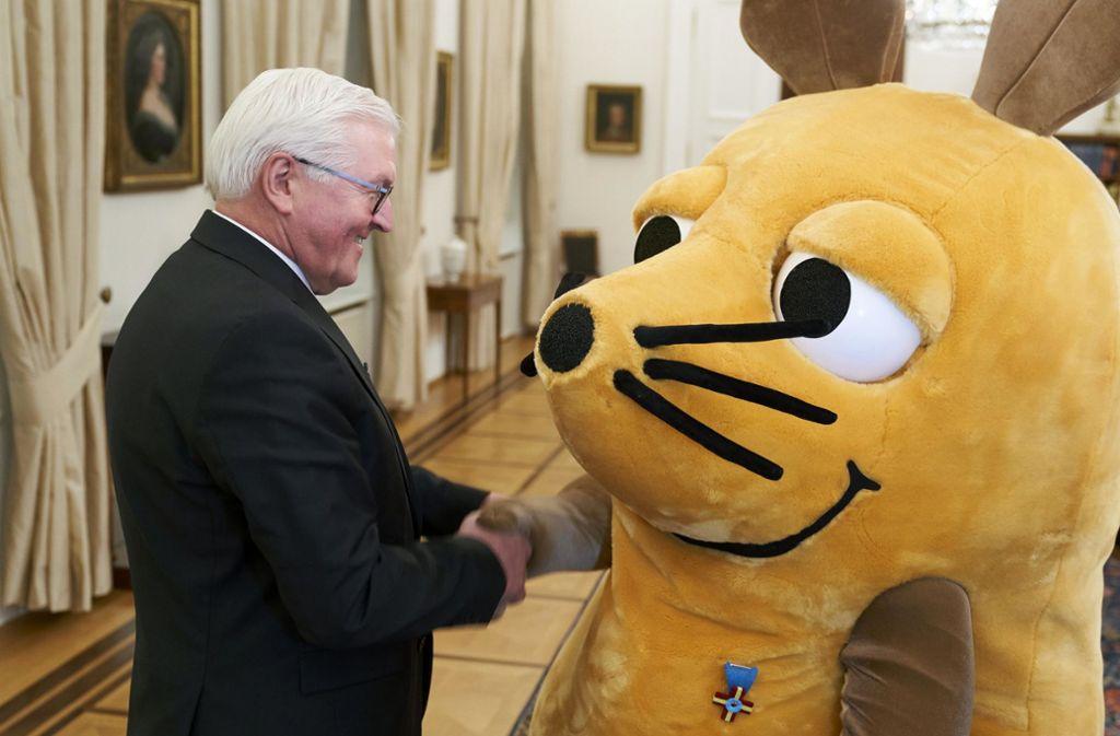 Frank-Walter Steinmeier gratuliert der Maus. Foto: dpa/Henning Schacht