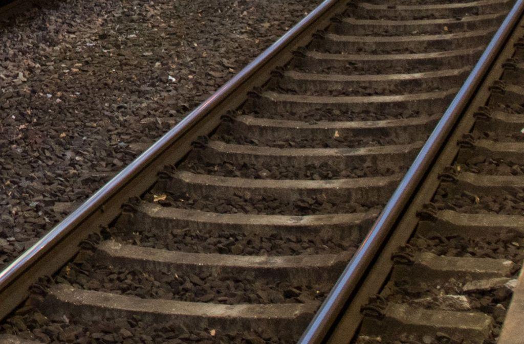 Die Gleise auf der Bahnstrecke Wolfsburg-Berlin sind laut Polizei ohne Hindernisse auch für einen Vierjährigen zügig von Wohnsiedlungen in der Nähe erreichbar (Archivbild). Foto: dpa/Julian Stratenschulte