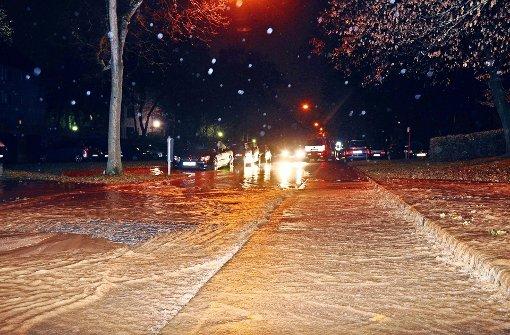 Straße am späten Abend überflutet