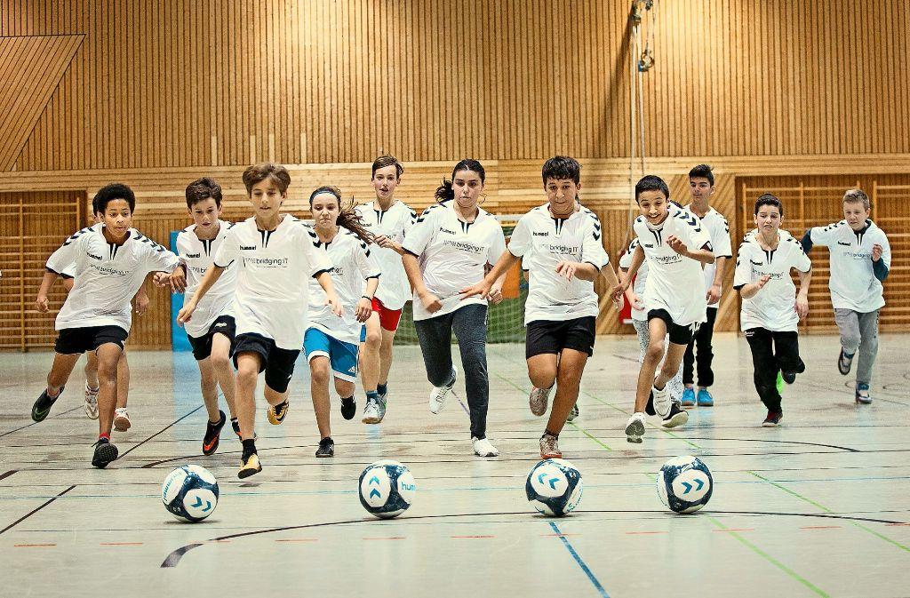 Die Freude am Fußball führt die Kinder zusammen. Foto: Horst Rudel
