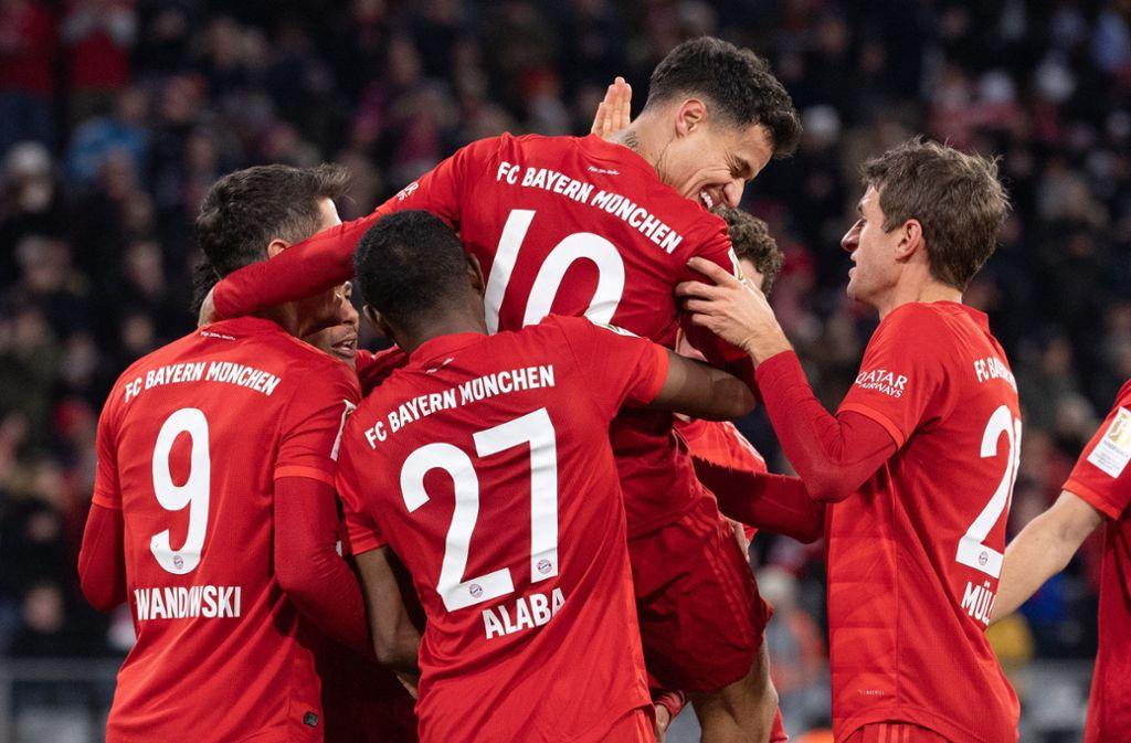 Torschütze Philippe Coutinho und Thomas Müller jubeln über das Tor zum 6:1. Foto: dpa/Sven Hoppe