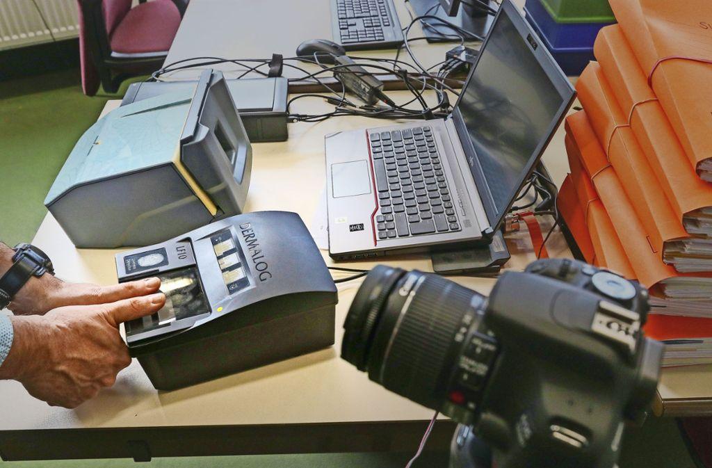 Kleines Gerät, große Wirkung: Der Fingerabdruck-Scanner im Ludwigsburger Landratsamt soll die Registrierung von Flüchtlingen verbessern. Foto: factum/Granville