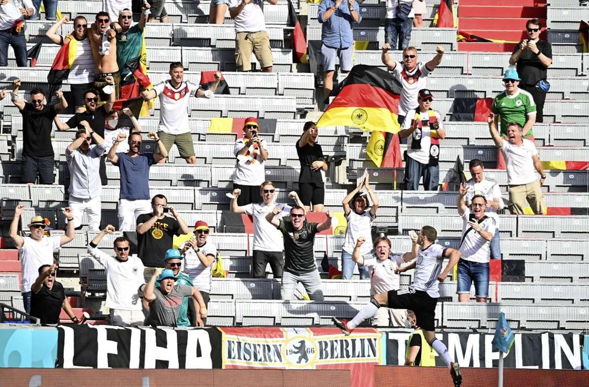 Wie schon beim ersten Spiel der deutschen Fußball-Nationalmannschaft verfolgten Tausende Zuschauer die Partie gegen Portugal am Samstag ohne Maske. Foto: dpa/Philipp Guelland