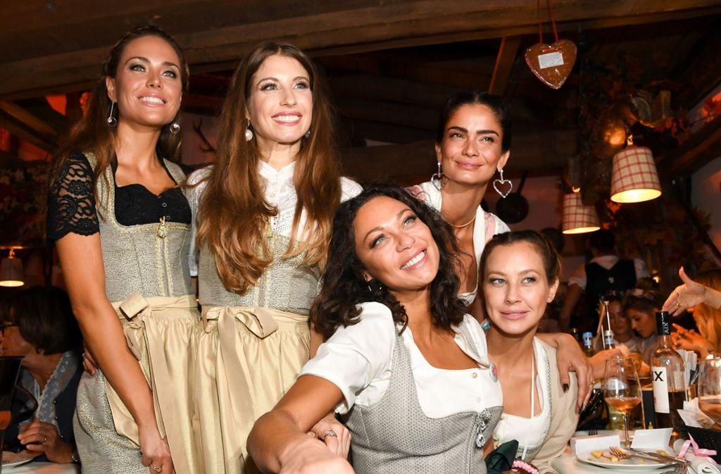 Cathy Hummels (Mitte) und ihre Gäste: Moderatorin Franca Lehfeldt (von links) und die Models Lilly Becker, Shermine Shahrivar und Sandy Meyer-Wölden. Foto: dpa/Tobias Hase