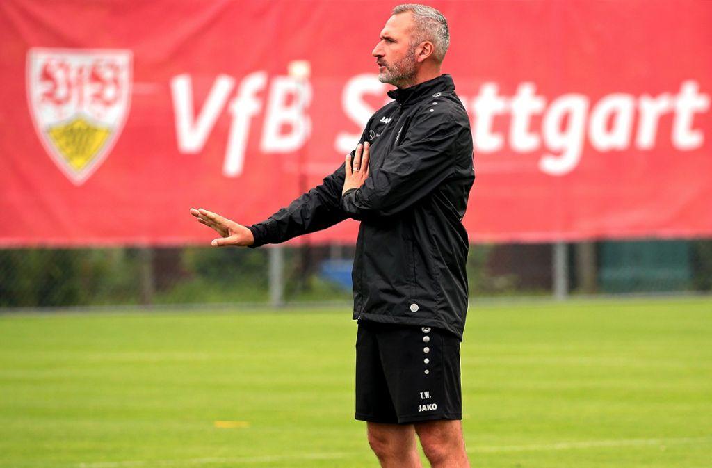 Nur nichts überstürzen: der VfB-Trainer Tim Walter bereitet seine Mannschaft vor, um für den Saisonstart topfit zu sein. Foto: Baumann