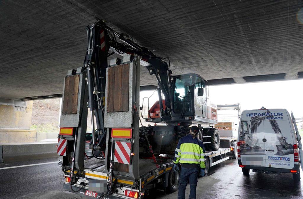 Der Tieflader steckt samt Bagger unter der Brücke fest. Foto: Andreas Rosar/Fotoagentur-Stuttgart