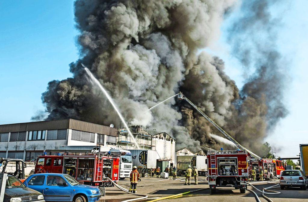 Die Feuerwehr hatte bei einem Großbrand in Remseck alle Hände voll zu tun. Die Rauchsäule, die in den Himmel stieg, war kilometerweit zu sehen. Foto: 7aktuell.de/Simon Adomat
