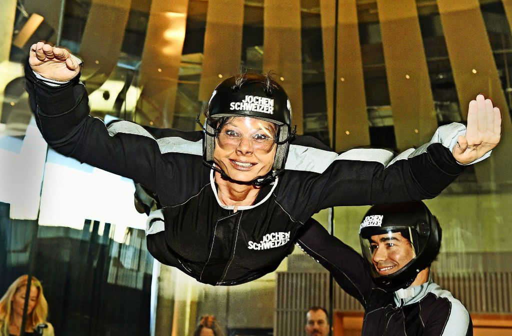"""Bayerns Wirtschaftsministerin Ilse Aigner testet den Aufwind in der neuen bayerischen """"Erlebnisarena"""" von Jochen Schweizer. Foto: dpa"""