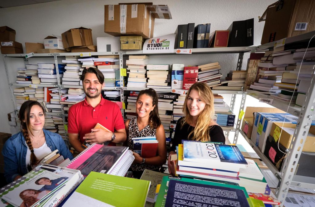 Lutz Gaissmaier, der Geschäftsführer des von einem Landesprogramm vor den Folgen der Corona-Krise geretteten Start-ups Studibuch,  mit Teammitgliedern im Jahr 2017. Foto: Lichtgut/Achim Zweygarth